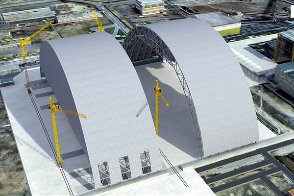 Две половины арки нового саркофага Чернобыльской АЭС