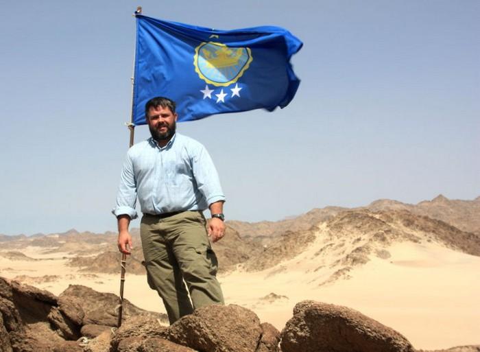 Иеремия Хитон водружает флаг над Северным Суданом