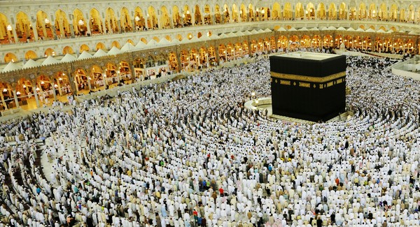 Обход вокруг Каабы во дворе Заповедной мечети в Мекке