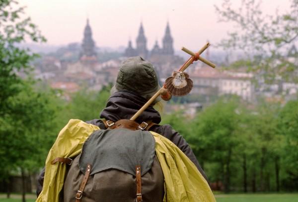 Паломник на фоне Собора Святого Иакова - финальной точки паломничества