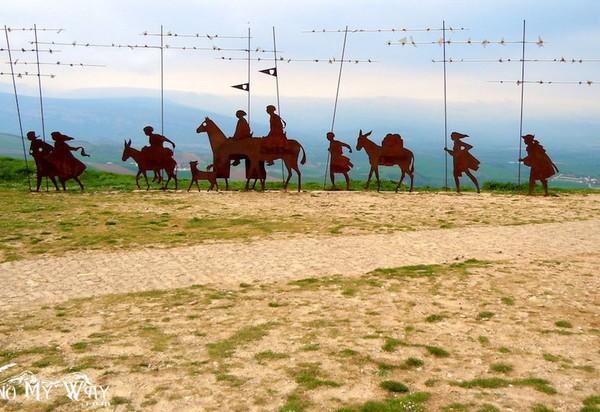 Памятник разным поколениям паломников по Camino de Santiago