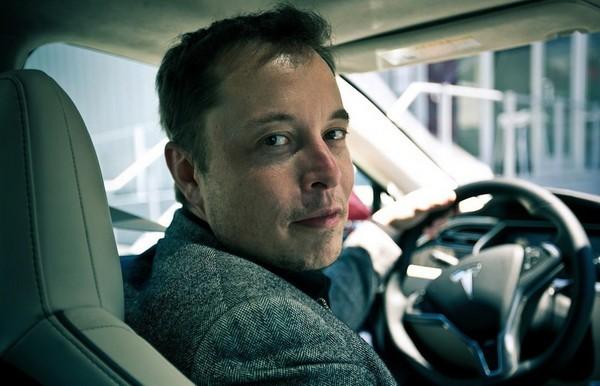 Илон Маск за рулем электромобиля Tesla