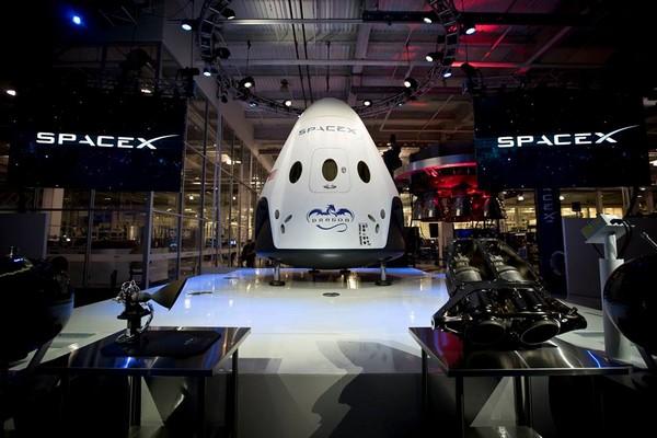 Пилотируемый космический челнок Dragon V2 от SpaceX