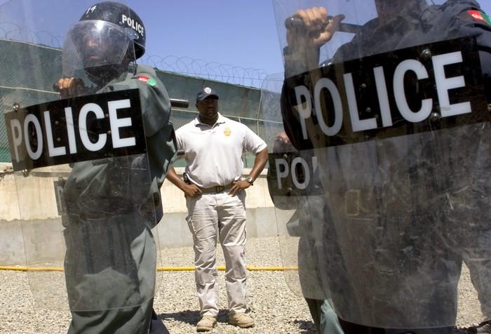 Инструктор компании DynCorp тренирует полицию в Афганистане