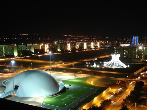 Центр города Бразилиа в ночное время. Источник фото: bestdesignguides.com