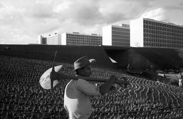 Архивное фото: крестьянин возделывает землю на окраине только что возведенного города Бразилиа. Источник фото: seeker401.wordpress.com