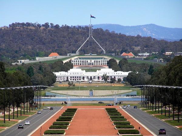 Старое и новое здания Парламента Австралии. Источник фото: oztypewriter.blogspot.com