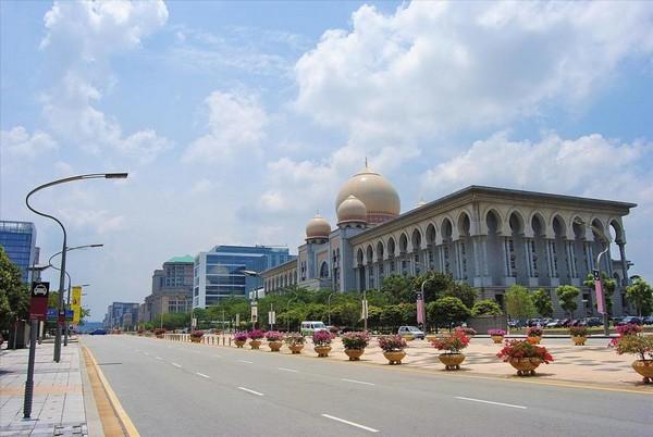 Пустынные улицы новой малайской столицы. Источник фото: puerrtto.livejournal.com