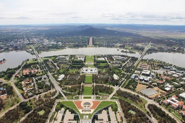 Вид на центр Канберры с высоты птичьего полета. Источник фото: youraussieholiday.com