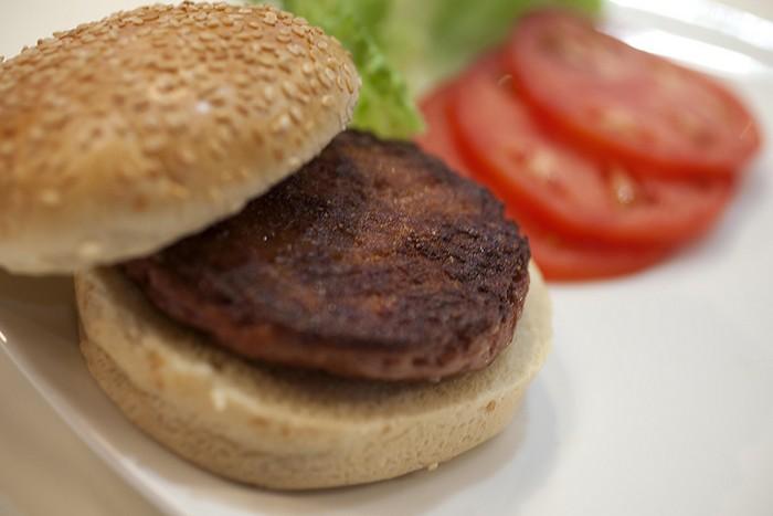 Еда из пробирки: первый в мире бургер из стволовых клеток