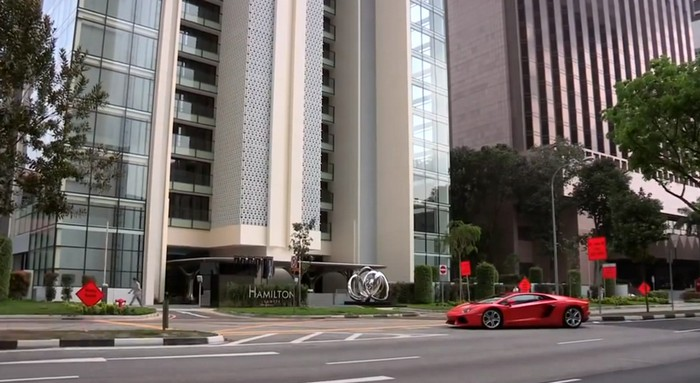 Автомобиль на балконе – необычная парковка в сингапурском небоскребе Hamilton Scotts