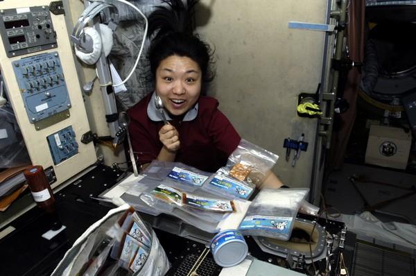 Корейская девушка-астронавт обедает на орбите. Источник фото: kari.re.kr