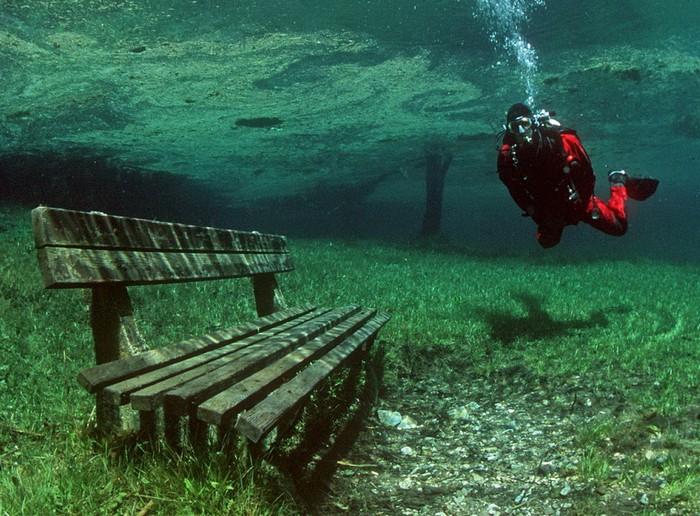 Подводный парк на дне озера Грюнер-Зе в Австрии