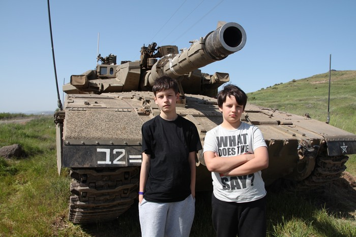 Дети Карла-Магнуса Хельгегрена на фоне израильского танка