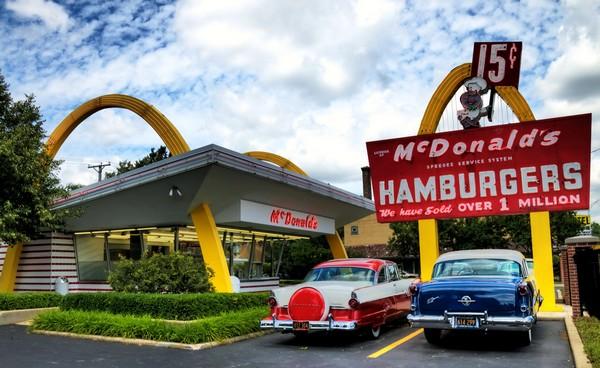 Первый сетевой ресторан McDonald's. Источник фото: flickriver.com
