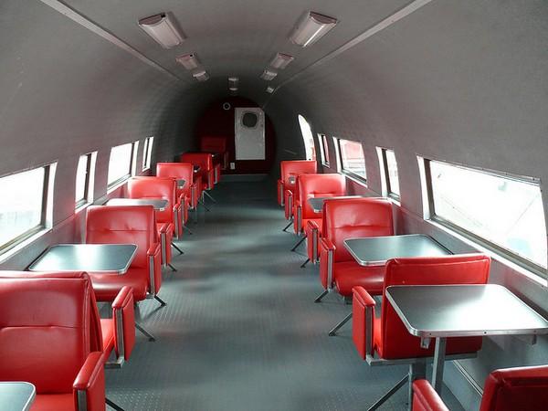 McDonald's в старом самолете. Источник фото: whelanfarmsairport.com