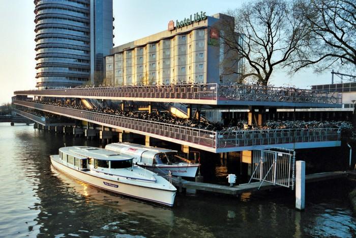 Fietsflat – многоуровневый велопаркинг на железнодорожном вокзале Амстердама