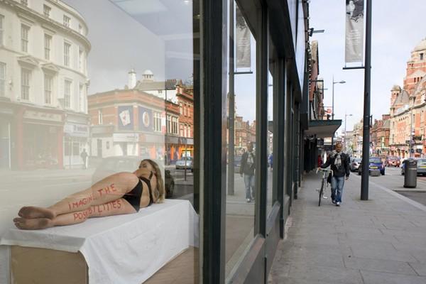 Выставка в витрине магазина. Источник фото: Liverpool Biennial