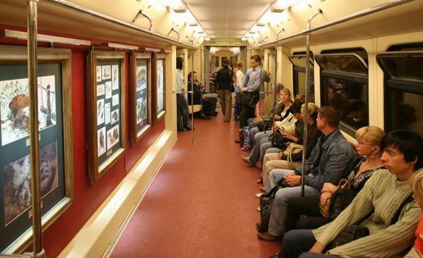 Выставка акварели в Московском метро. Источник фото: Smotra.ru