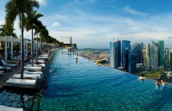 Бассейн на крыше небоскреба. Источник фото: internationaltravellermag.com