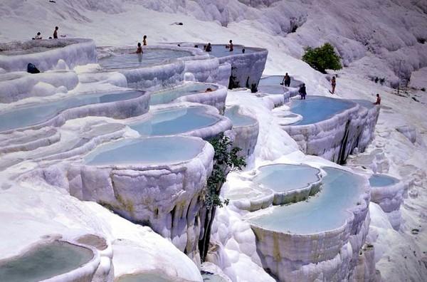 Природные бассейны горы Памуккале. Источник фото: canvasprints.canvaspeople.com