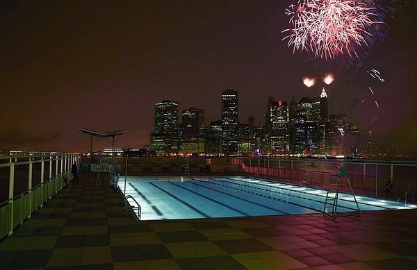 Плавающий на барже бассейн в Нью-Йорке. Источник фото: floatingpool.org
