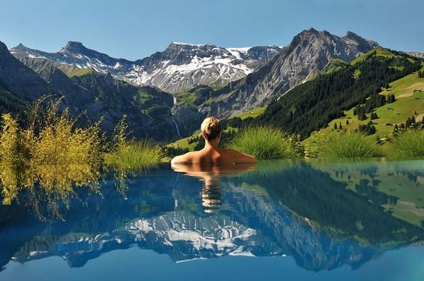Бассейн в видом на Альпы в отеле The Cambrian Spa. Источник фото: dailynewsdig.com