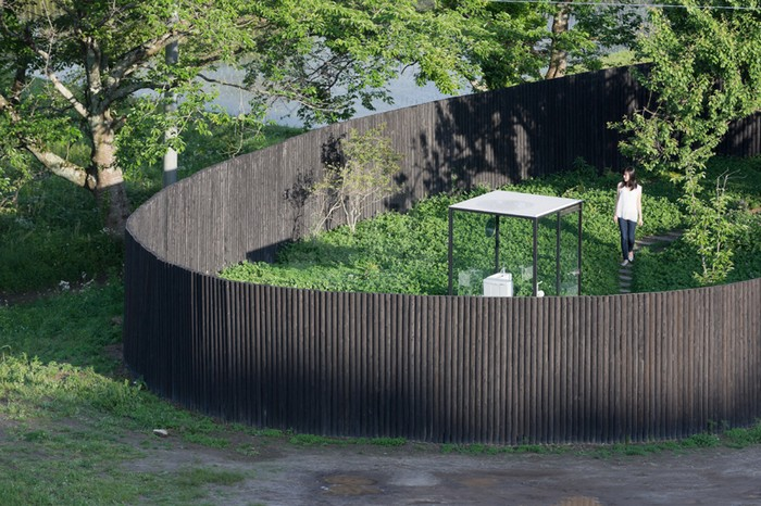 Стеклянный общественный туалет