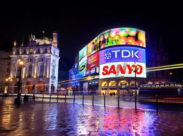 Рекламные экраны на площади Пикадили. Источник фото: couleur.deviantart.com