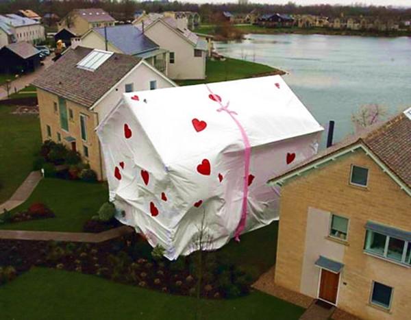 Дом в подарочной упаковке. Источник фото: yrelaxplace.com