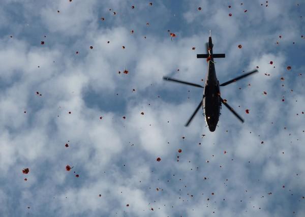 Дождь из цветов с вертолета. Источник фото: Arnoud Ens