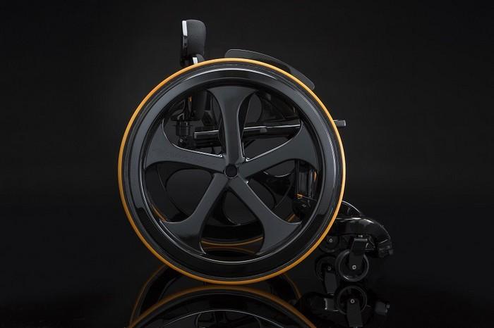 Сarbon Black – стильное инвалидное кресло в стиле Formula 1