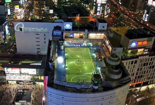 Футбольное поле на крыше небоскреба в Токио