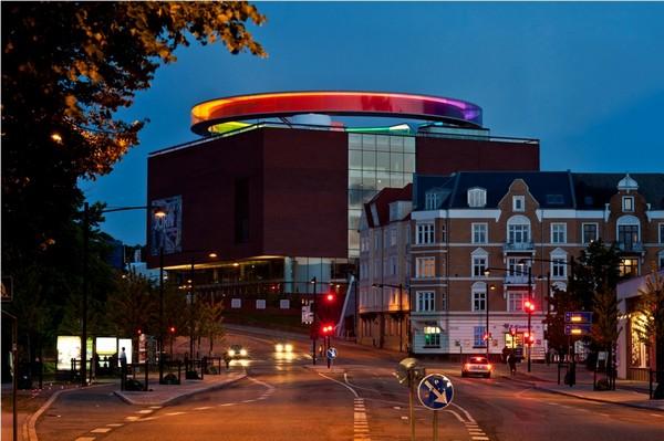 Радужная инсталляция на крыше здания от Олафура Элиассона