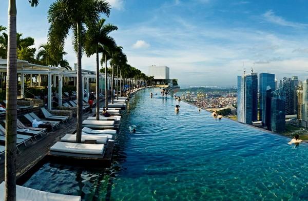Сад и бассейн на крыше отеля Marina Bay Sands в Сингапуре
