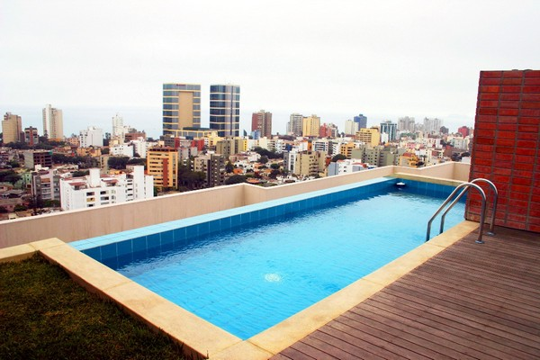 Бассейн на крыше многоэтажного дома