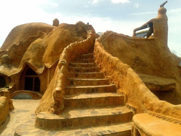Октавио Мендоза (Octavio Mendoza) строил глиняный дом несколько лет