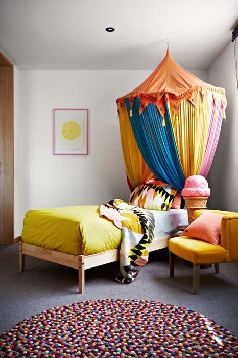 Комната с ярким балдахином.