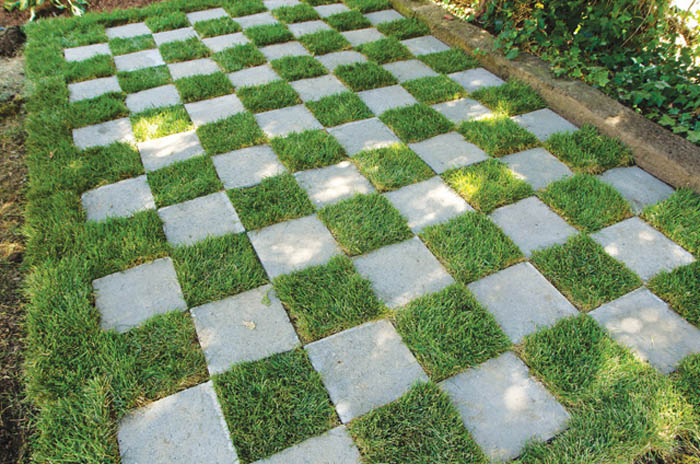 Натуральная шахматная доска из травы и плитки.