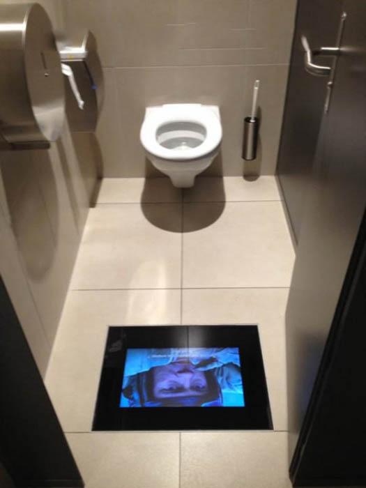 Экраны в туалете кинотеатра.