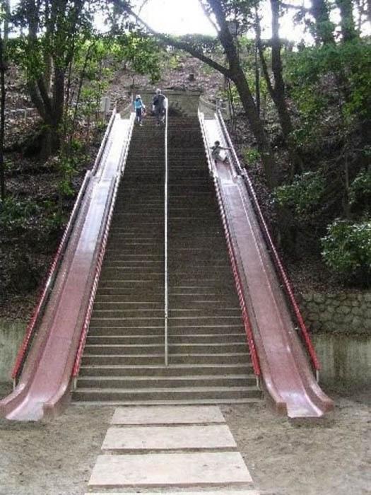 Высокие лестницы с горками.