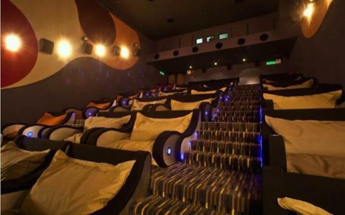 Мягкие диваны в кино.