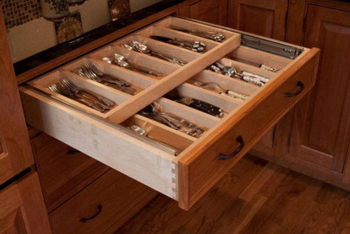 Двойной ящик для столовых приборов.