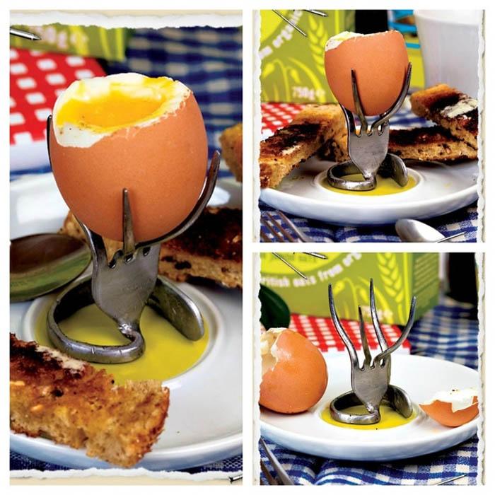 Подставка для яиц из согнутой вилки.