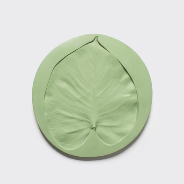тарелки с отпечатками листьев разных размеров.