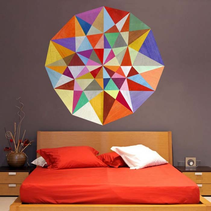 Яркая геометричная наклейка на стену.