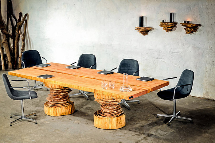 Деревянный стол с резными ножками.