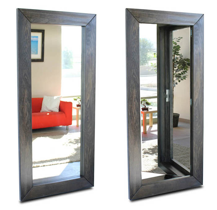 Дверь за зеркалом.