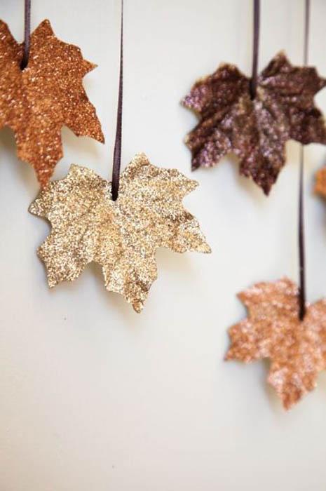 Блестящие кленовые листья.