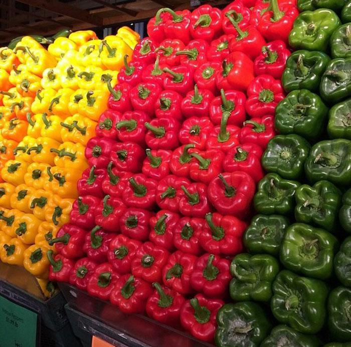 Овощи, разложенные по цвету.